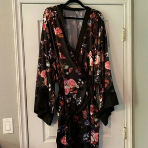 Cacique Size 26/28 Satiney Type Robe